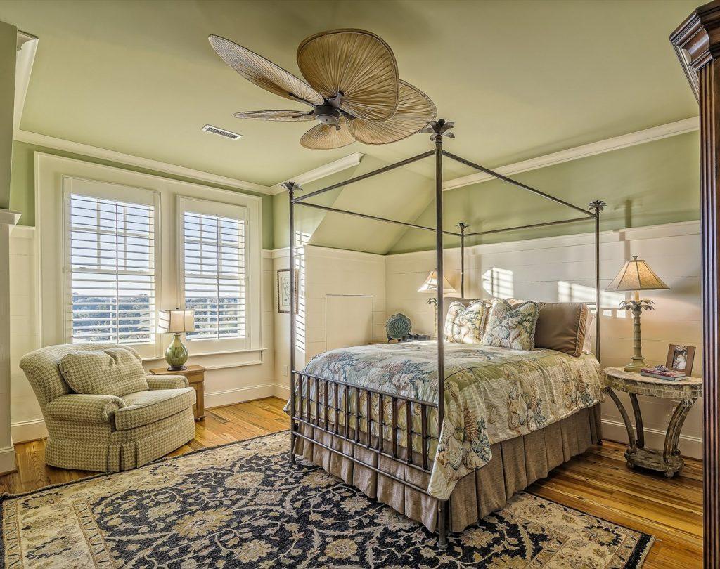 спальня с металлической кроватью