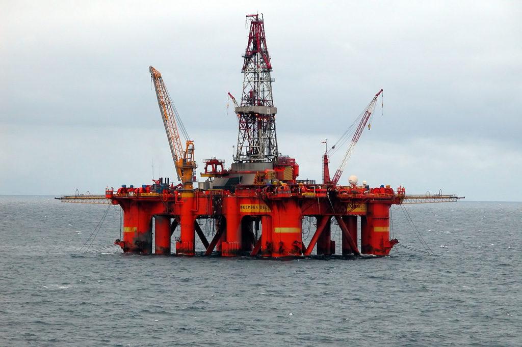 Мачтовый кран на нефтяной платформе