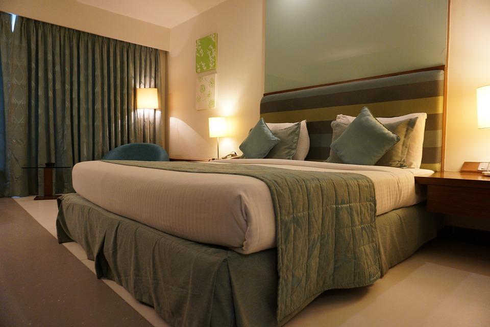 спальня и зеленая постель