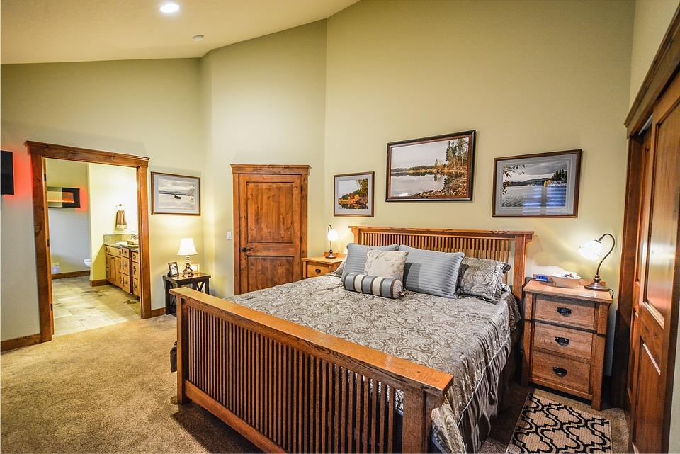 спальня с массивными дверями